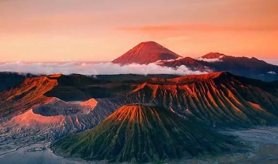 Извережение вулкана на острове Ява. Фото