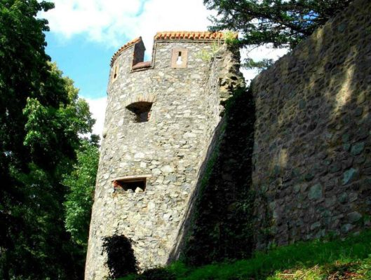Полуразрушенная крепостная стена